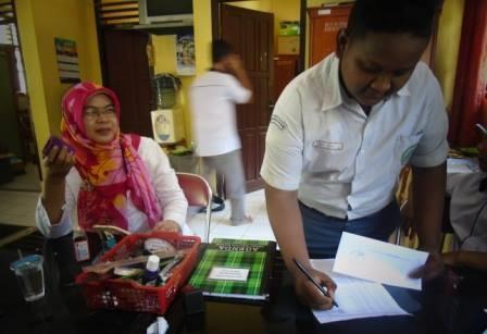 Siswa Manpaba saat mengambil Surat Keterangan Lulus Man Pangkalan Balai