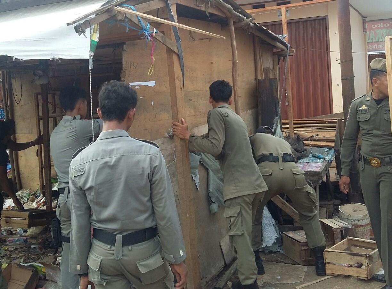 Pol PP bongkar paksa kios liar di seputar pasar Pangkalan Balai